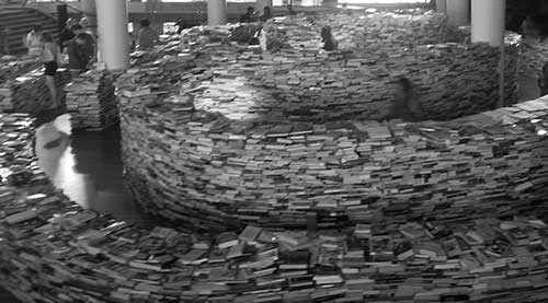 Labyrinth of books represent SEO training difficulty
